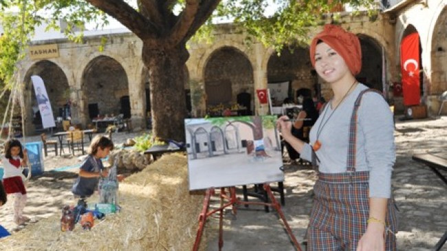 Gülcan'dan Taşhan'da Resim Sergisi
