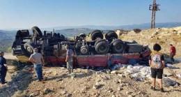 Mut'ta Kamyon Devrildi: 2 Yaralı