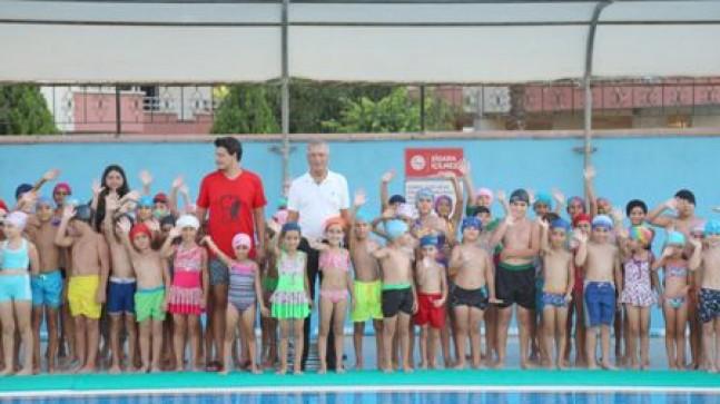 Mezitli'de yüzme kursiyerleri sertifika aldı